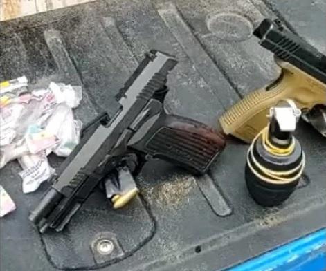 Os agentes apreenderam pistolas cal. 9mm, uma granada e material entorpecente/Divulgação/ 21º BPM