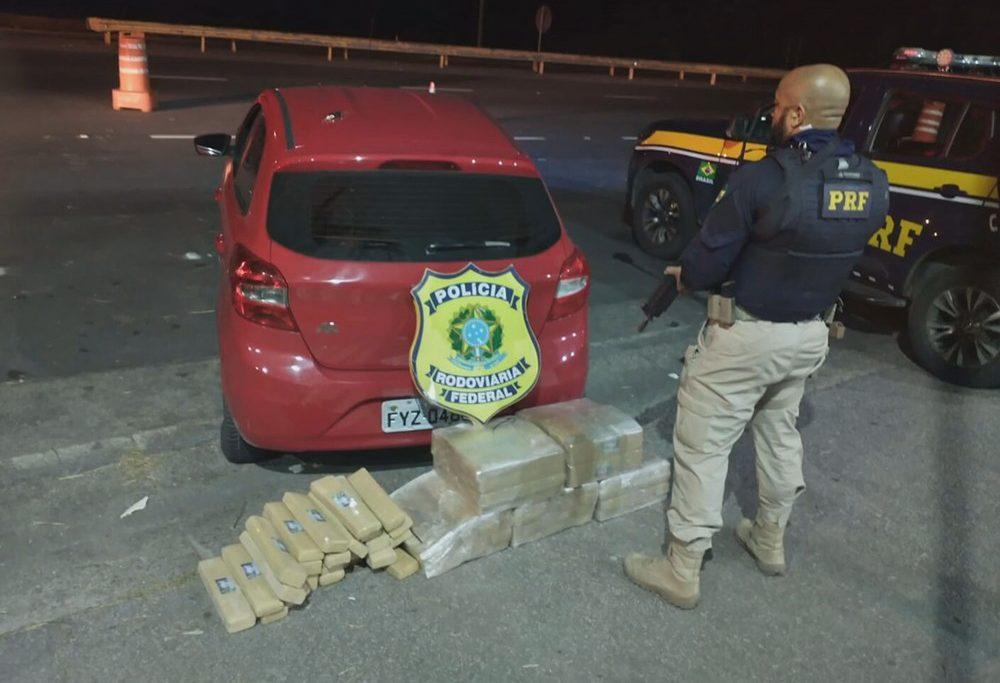 Agentes da PRF interceptaram o veículo com a droga na BR-116/Divulgação/PRF