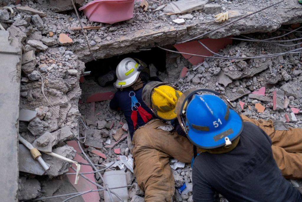 Equipes de resgate procuram por sobreviventes nos escombros/REUTERS/Christophe Petit Tesson