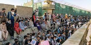 Dezenas de milhares de afegãos se aglomeram no aeroporto de Cabul desde que o Talibã tomou o poder/Reprodução