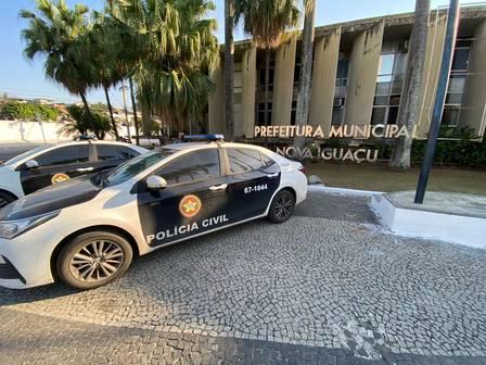 Viaturas da Polícia Civil em frente a sede da Prefeitura de Nova Iguaçu: fraudes em licitações e desvio de recursos públicos para áreas dominadas pela milícia estão na mira das investigações/ Cléber Júnior/Infoglobo