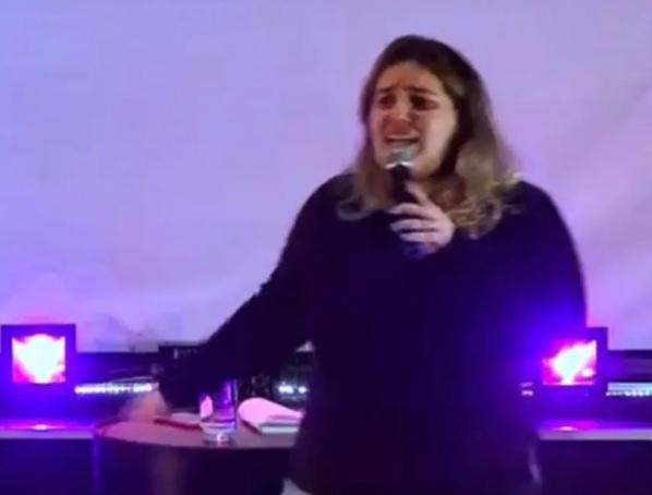 Karla Cordeiro durante pregação a jovens em igreja da Região Serrana/Reprodução