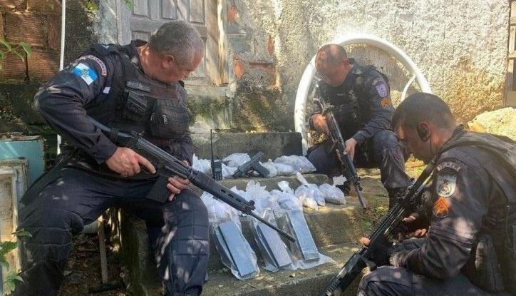 Policiais apresentam o material apreendido/Reprodução