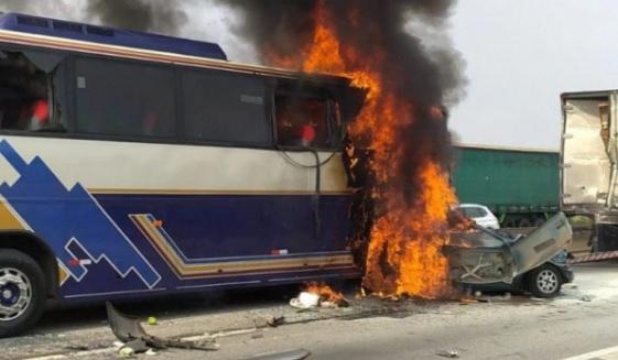 Veículos envolvidos no acidente que foram carbonizados/Divulgação/PRF