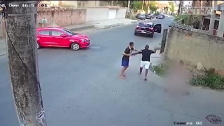 Um dos bandidos armado revista a vítima/Reprodução/Vídeo
