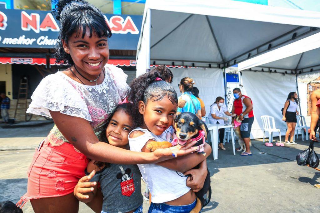 Cecília Norena e as filhas Talia e Sofia levaram a cadela Lupita para se vacinar/Rafael Barreto/PMBR