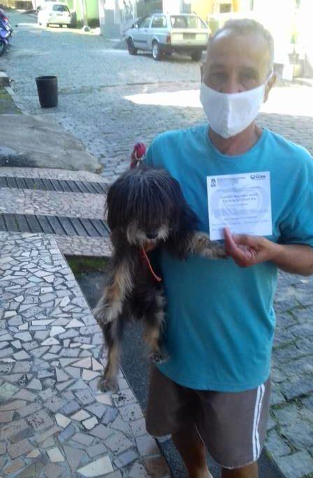 Mário Silva, que nos últimos 16 anos viveu na companhia da cadela Tigresa: ela  morreu no sábado tomar tomar a vacina/Reprodução