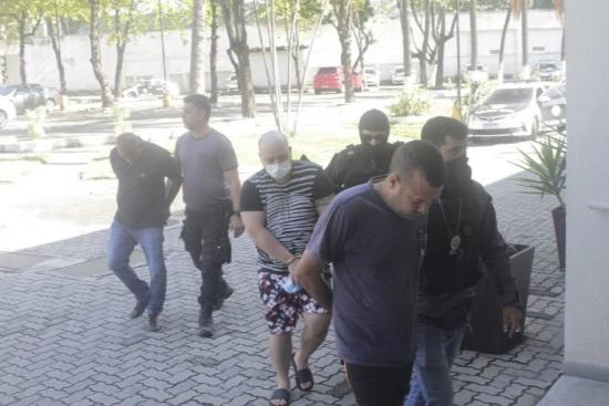 Valder Janilson, Thiago Galdino e Bruno Luzardo chegam à Cidade da Polícia. Eles são suspeitos de envolvimento na morte do investidor de criptomoedas, Wesley Pessano/ MARCO PORTO/AGÊNCIA O DIA