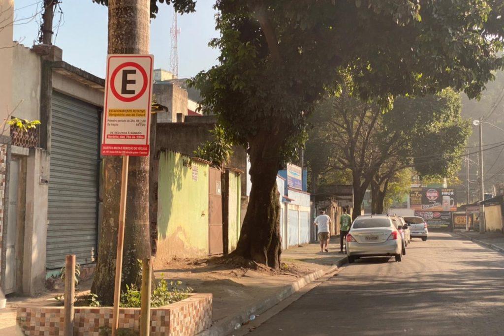 As ruas da região central estão cheias de placas como essas, mas prefeitura não fiscaliza/Reprodução