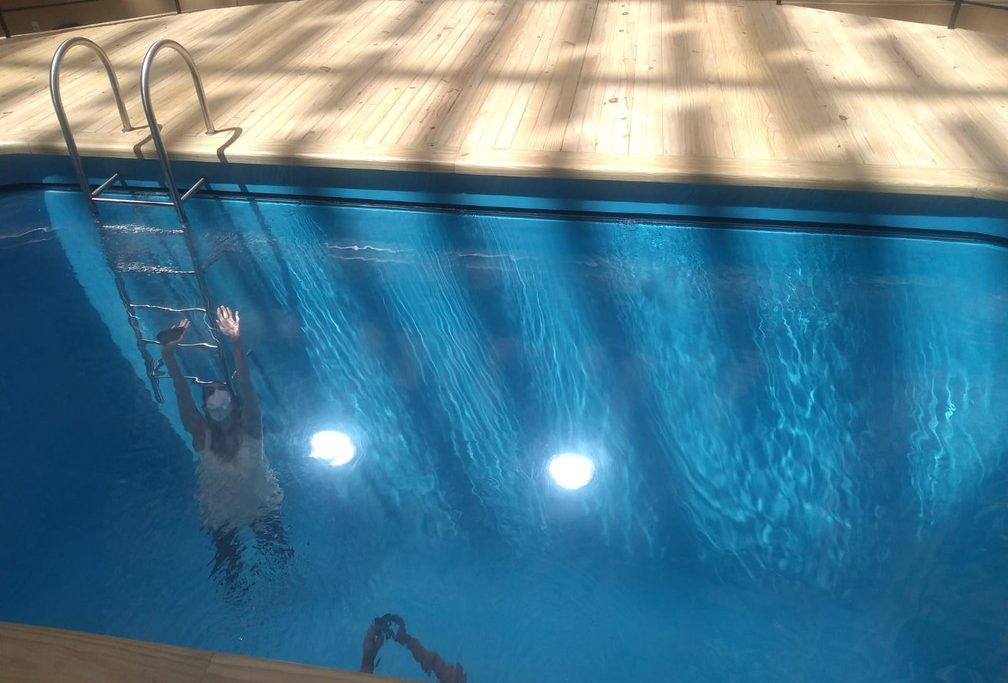 A obra Swimming Pool causa a impressão de que as pessoas estão debaixo d'água/Thais Pimentel/g1