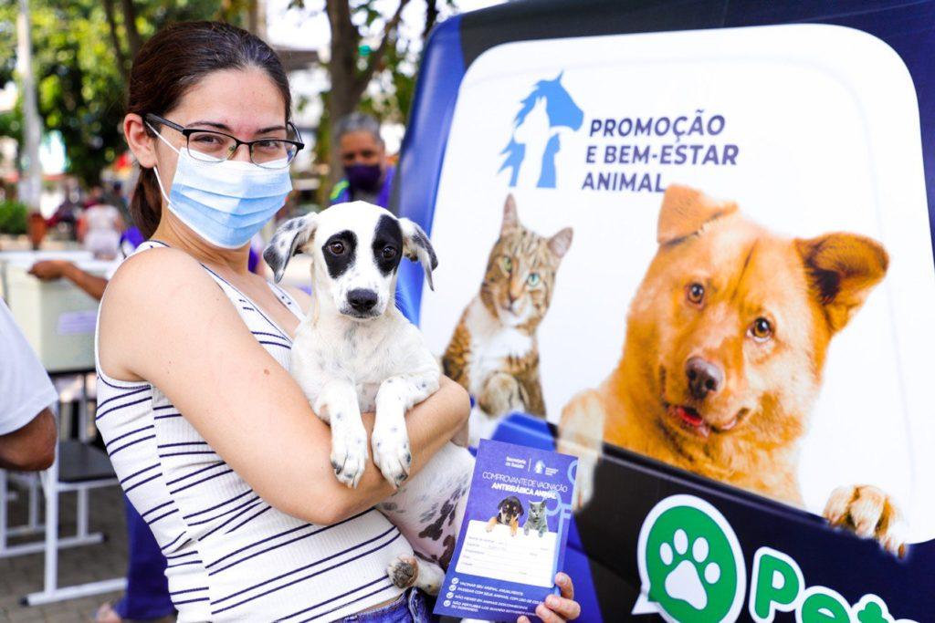 Moradora deixou em dia a vacinação do seu cãozinho/Beto Franzem/PMSJ