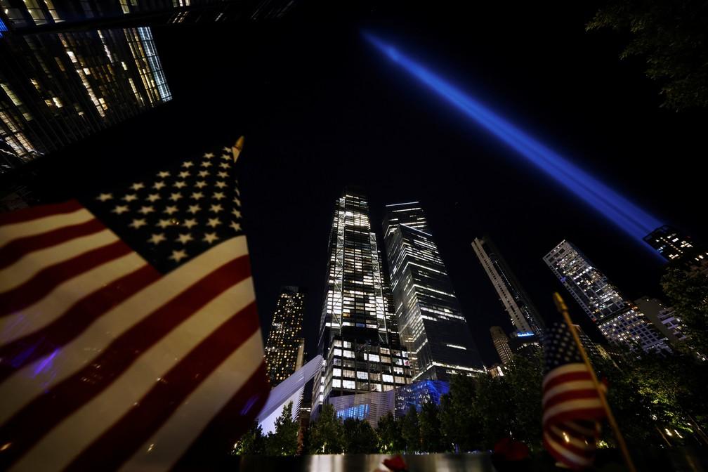 Feixes de luz foram acesos na noite de sábado no local onde ficavam as Torres Gêmeas/Reuters/Carlos Barria