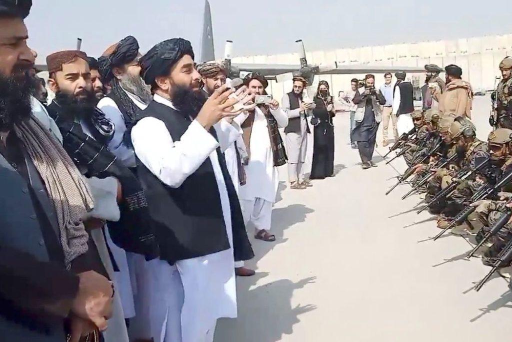 Líderes caminharam pela pista do aeroporto, em gesto de vitória/Taliban Handout/via REUTERS