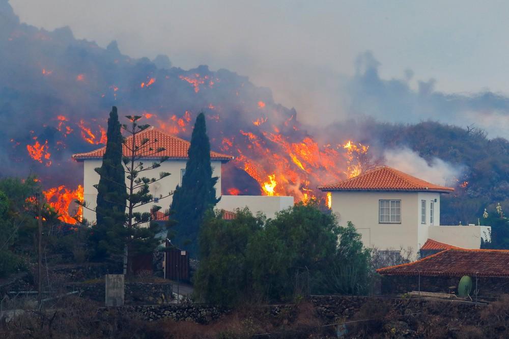 Lava passa perto de casa na ilha de Las Palmas, no arquipélago das Canárias/Borja Suarez/Reuters