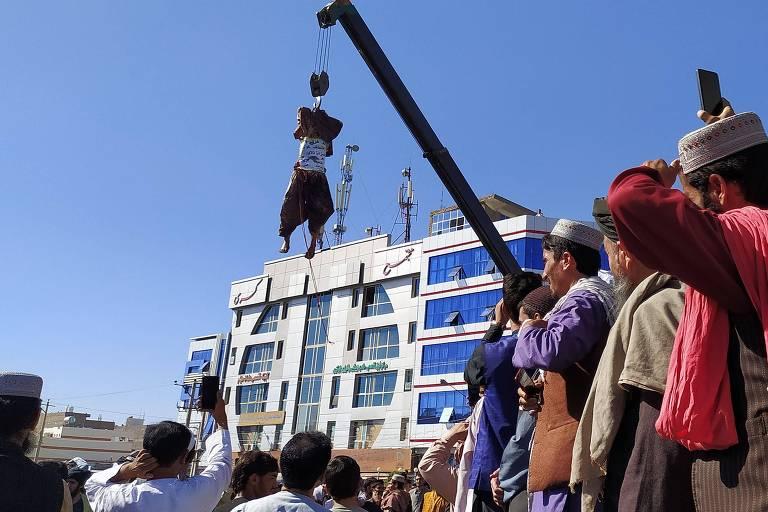 Corpo pendurado em público na cidade afegã de Herat/Reprodução/AFP