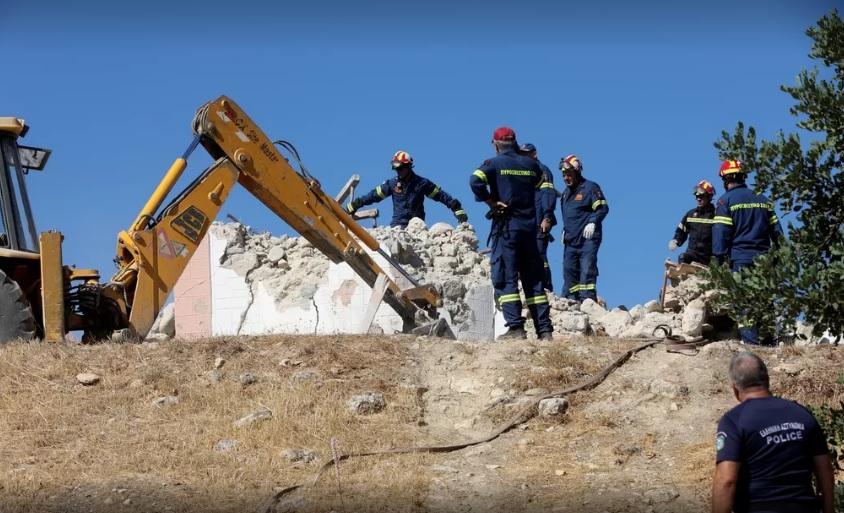 Bombeiros procuram por vítimas nos escombros de uma igreja que desabou/Stefanos Rapanis/Reuters