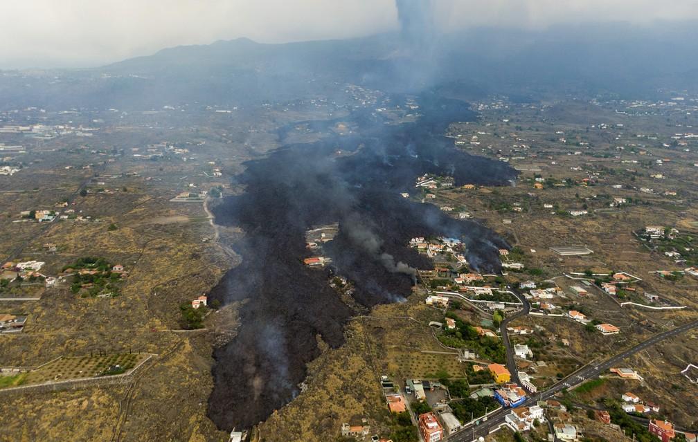 Lava da erupção do vulcão Cumbre Viejo flui destruindo casas na ilha de La Palma/Emilio Morenatti/AP