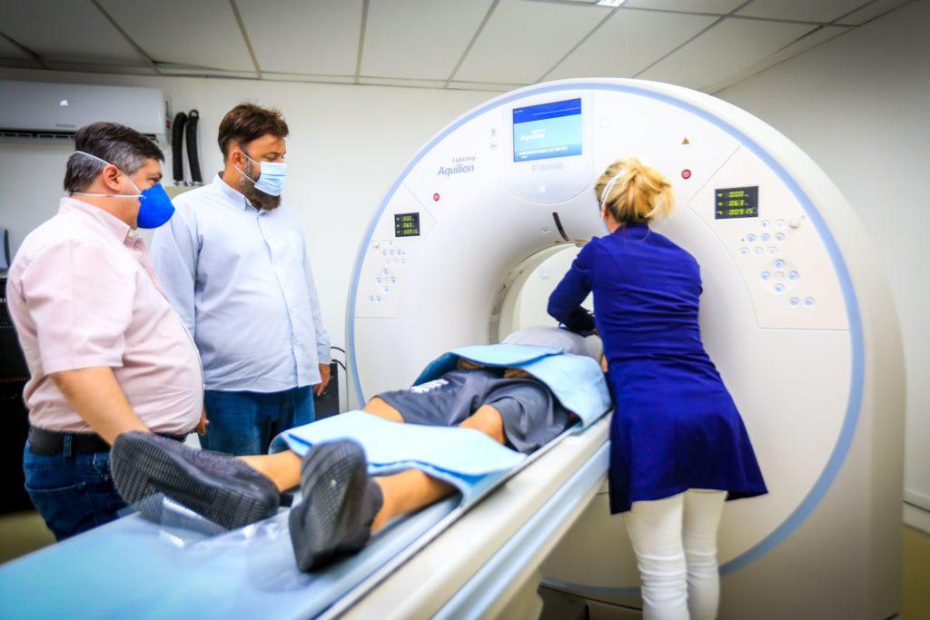 O diretor médico Carlos Morelli e o secretário de Saúde, Christian Vieira, observam o paciente no tomógrafo/Rafael Barreto/PMBR