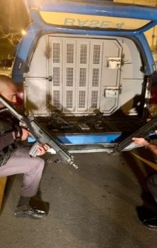 PMs com as duas réplicas de pistolas apreendidas na ação/Reprodução
