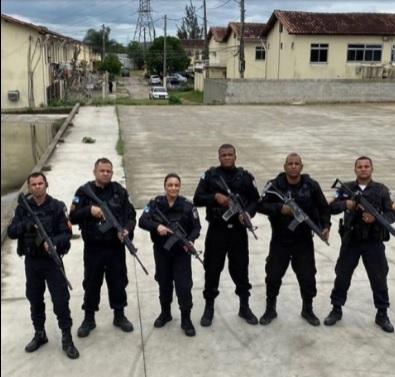 A comandante do 39º BPM, Daniele Neder, junto com sua equipe, na Comunidade do Castelar/Divulgação / 39º BPM