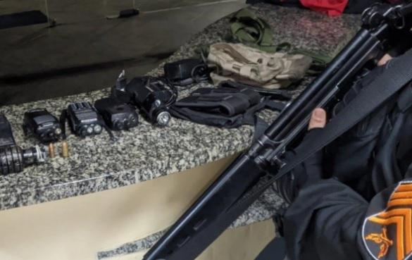 Material apreendido dentro do veículo usado pelos criminosos/Divulgação/Polícia Militar
