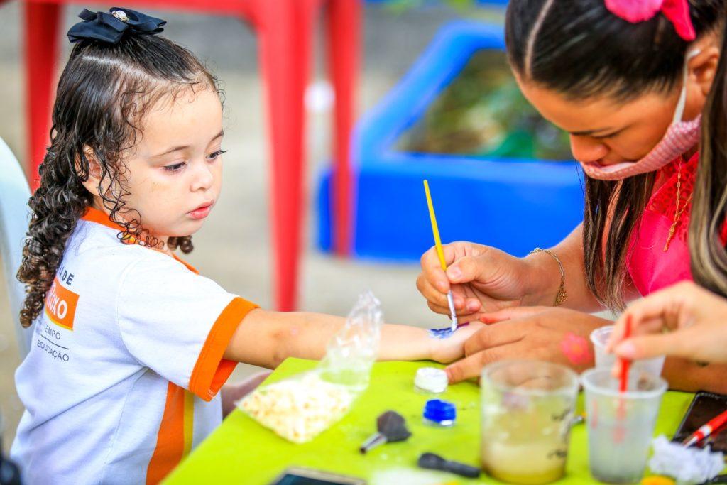 Criança participa de atividade com uma das professoras da Creche Municipal Álvaro Lisboa Braga/Rafael Barreto/PMBR