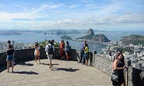 Turistas contemplam a cidade do Rio do Cristo Redendor/Reprodução