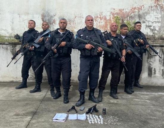 Na ação, foram apreendidos uma pistola, carregador de fuzil, um radiotransmissor, além de material entorpecente/Divulgação